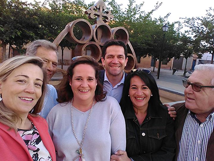 El candidato del PP de Ciudad Real al Senado Miguel Ángel Valverde y la diputada regional, Lola merino, esta mañana en Cózar