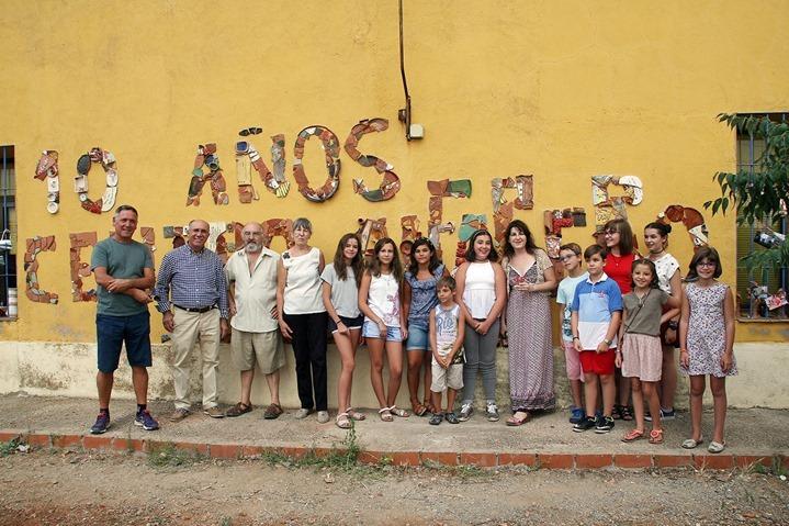 La familia Leal Arias, junto a alumnos y ex autoridades municipales