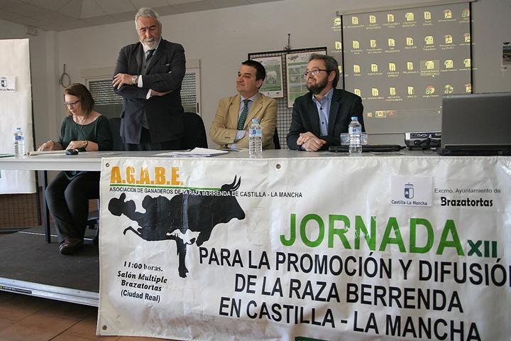 En pie, De la Serna se dirige al consejero y al alcalde de Brazatortas durante la clausura