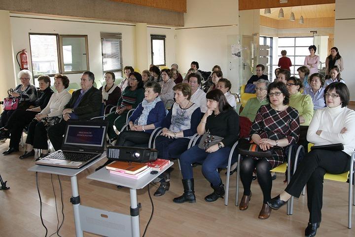 Público asistente al acto celebrado en el edificio de Servicios Sociales y Centro de la Mujer