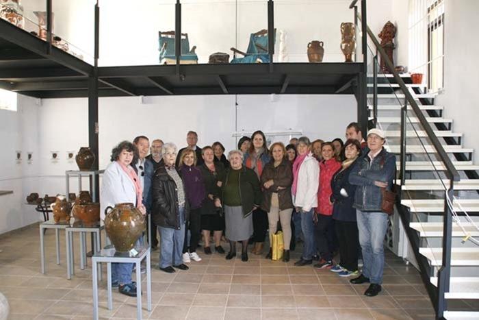 0 Autoridades, alfareros y visitantes a la exposición de Aurelio Bail en el Centro Alfarero La Estación