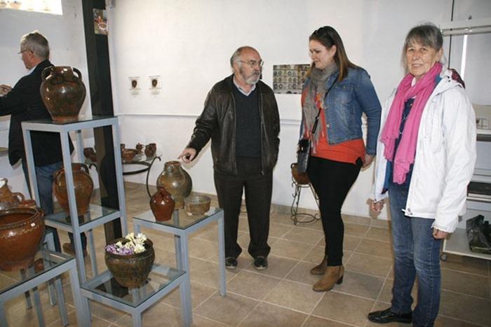 0 Los alfareros Ángel Leal y Graci Arias acompañando a la concejala de Cultura en su visita a la exposición