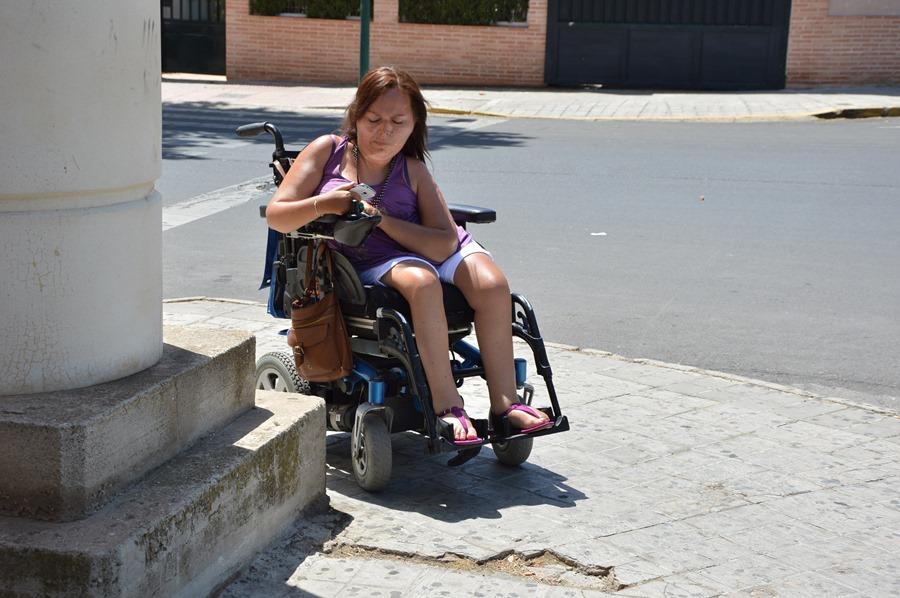 Persona con movilidad reducida utilizando la aplicación