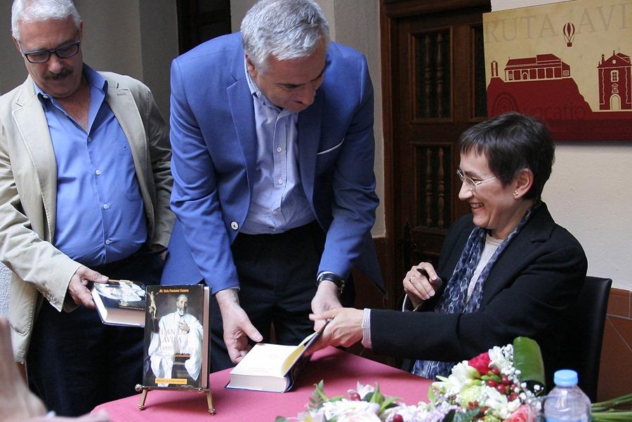 El alcalde José Lozano saluda el pasado sábado a María Jesús Fernández Cordero, autora del importante tratado sobre el santo almodovareño