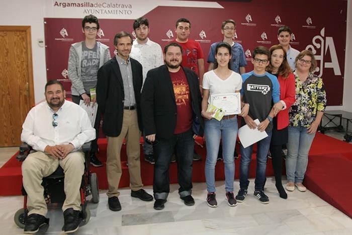 Fotografía de responsables de la Escuela de Informática y del Ayuntamiento, junto a algunos de los alumnos