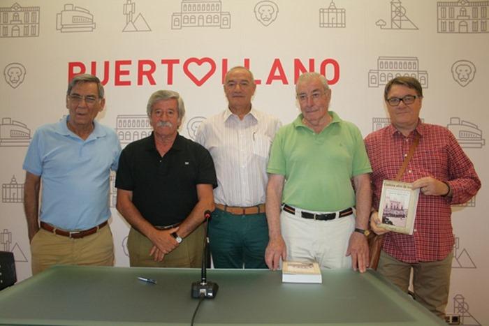 0 Vicente de Gregorio posó con la directiva del Club Taurino de Puertollano