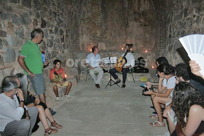 La actuación del 'Dúo Concreto' de guitarra clásica y flauta travesera tuvo lugar en la capilla de Nuestra Señora de los Mártires,