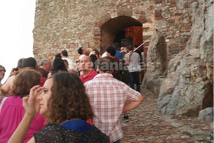 Largas colas de entrada al Castillo auguraban el éxito de la convocatoria cultural2