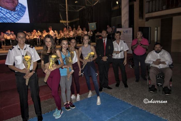 Las chicas del Gimnasio El Zodiaco también recibieron flores como obsequio al final de su actuación