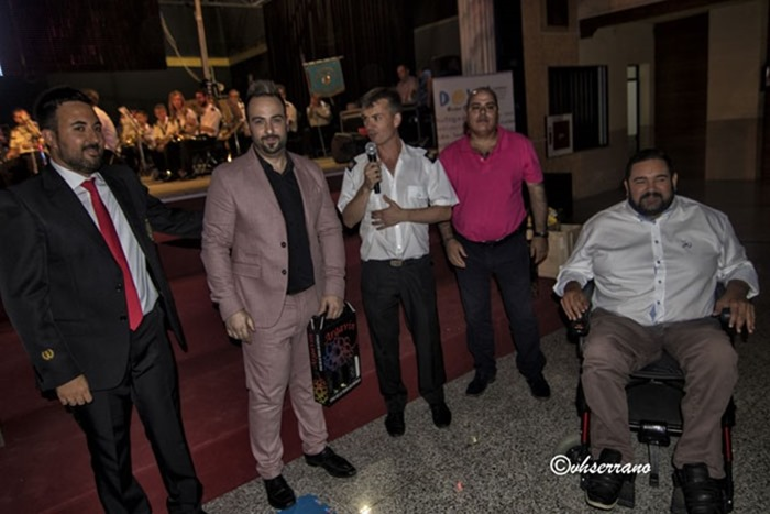 Pako Navarrete recibiendo su obsequio de manos de los responsables de la Agrupación Musical de Argamasilla de Calatrava