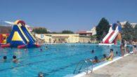 Diversión para combatir el calor en la fiesta acuática de la piscina municipal de Los Llanos, en Valdepeñas