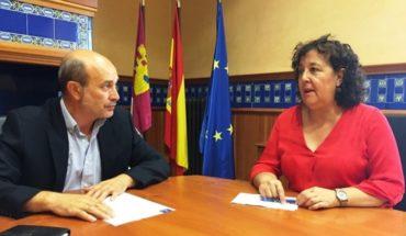 La portavoz del PSOE en Abenójar, Rosa María Pasamontes se interesa por en proyecto de la mina de wolframio que pretende instalarse en el municipio