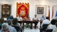 Ventura Huertas Serrano recibe el respaldo de sus vecinos en la apertura de su exposición de fotografías 'Miradas diferentes'