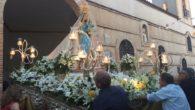 Victoria Sobrino junto a  miembros de la corporación municipal acompañaron a la Virgen de la Salud en su recorrido procesional