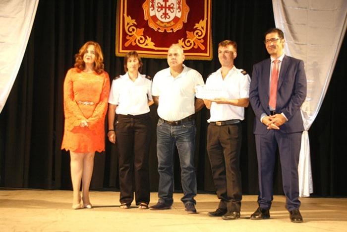 Rafael Solana recogió la Mención a la Cultura acompañado por miembros de la Junta Directiva de la Agrupación Musical de Argamasilla de Calatrava