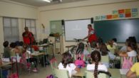 Cruz Roja La Solana  informa a los escolares sobre la circulación con patinetes y bicicletas.