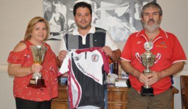 El equipo ciclista FENAVIN, ganador del campeonato regional, muestra sus triunfos en la Diputación