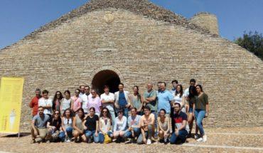 La alcaldesa de Tomelloso comparte con alumnos y profesores del curso de verano de la UCLM una visita al Museo del Carro-El Bombo