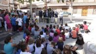 Villalón Benítez ya sienta su literatura en un 'Banco Literario' de la Plaza de España de Aldea del Rey, el primero de toda la provincia