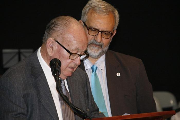 El alcalde junto al poeta de Aldea de Rey y Banco Literario 2017