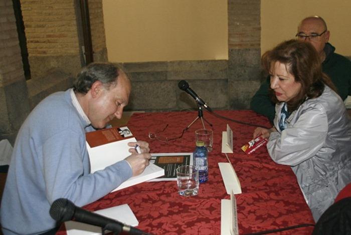 Foto de archivo. Manuel Ciudad firmando ejemplares de su libro