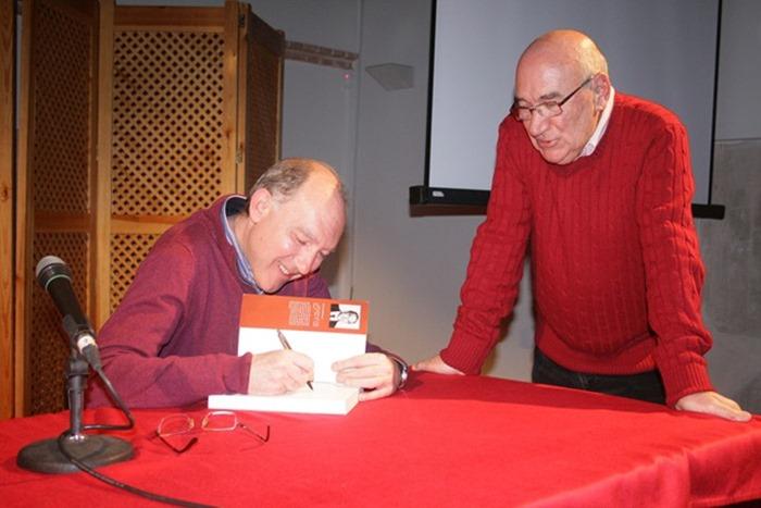 Manuel Ciudad firmando ejemplares de su obra