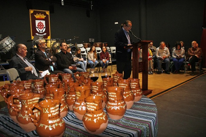Prologuista y en primer plano las jarras realizadas por el Alfar Arias