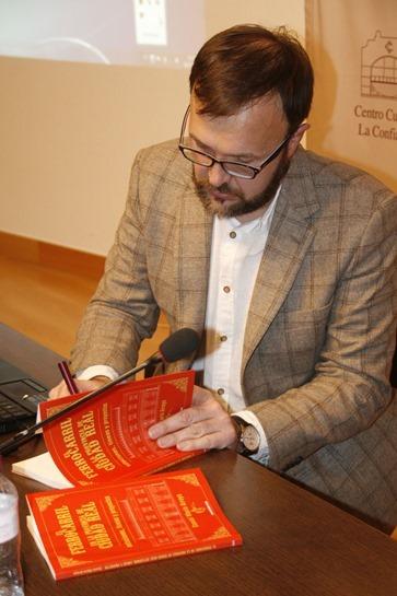 Marín firmando el libro sobre el ferrocarril en la provincia de Ciudad Real