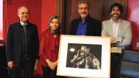 Valdepeñas recibe de la Fundación G. Prieto una fotografía con motivo del cincuentenario de la institución